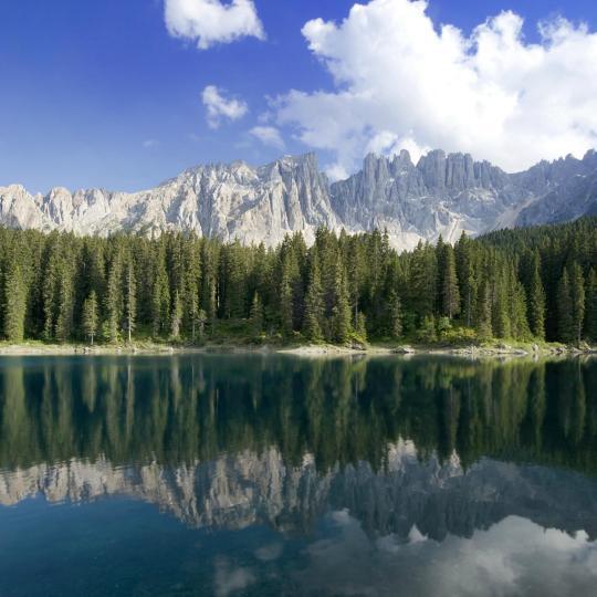Lasciatevi incantare dall'arcobaleno di colori del Lago Carezza