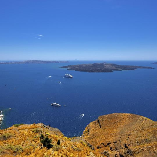 Volcán de Santorini y la isla de Therasia