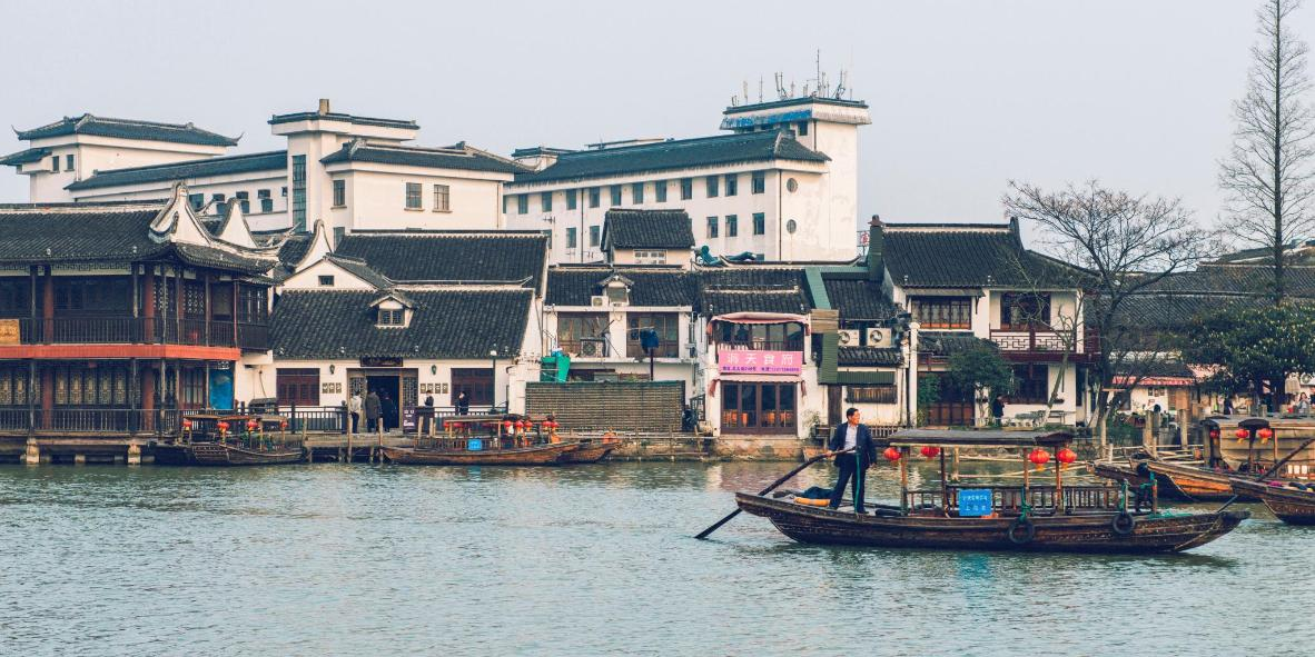A river boat on its way to Buddha Hall