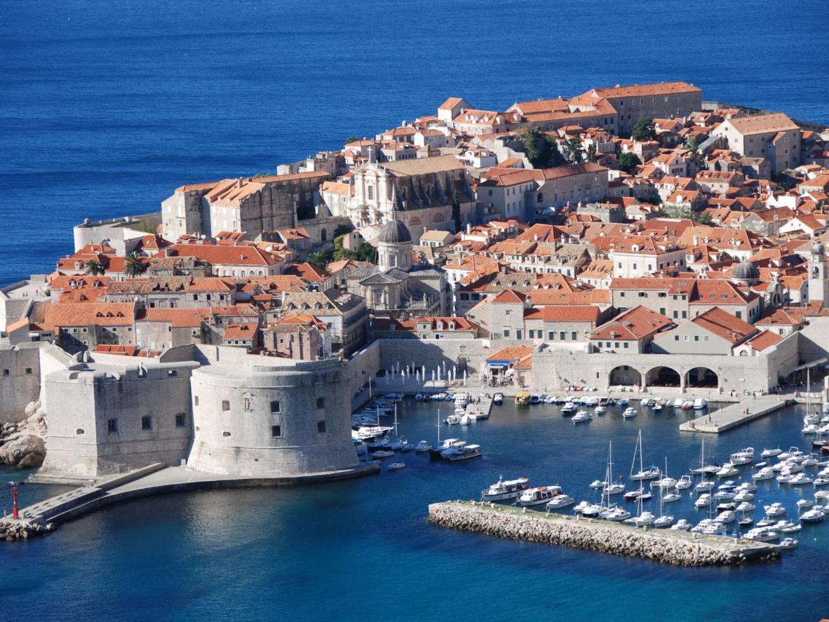 Pescado a menudo se sirve recién salido del barco en Dubrovnik