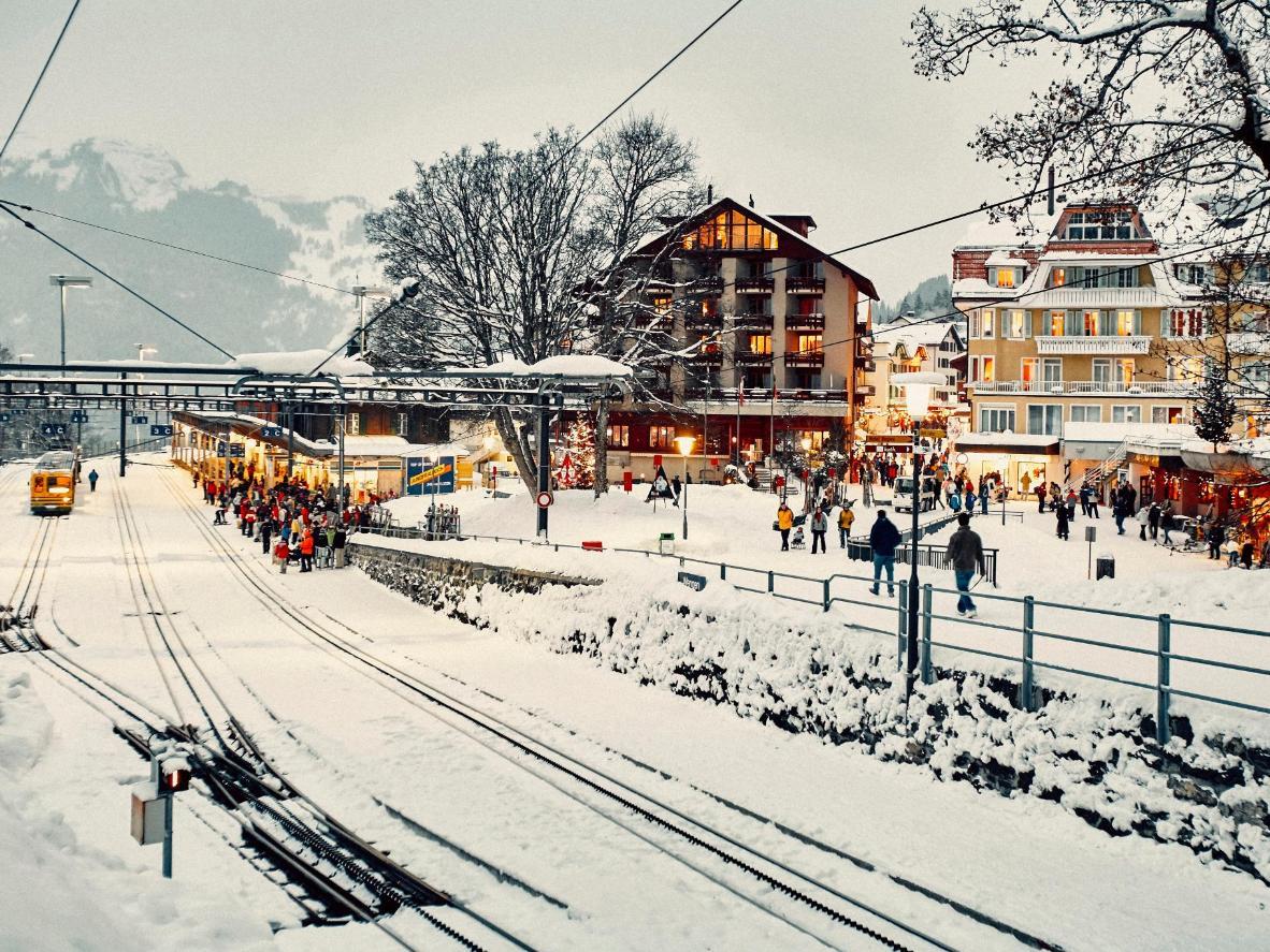 Tome el encantador tren de cremallera en su viaje a Wengen