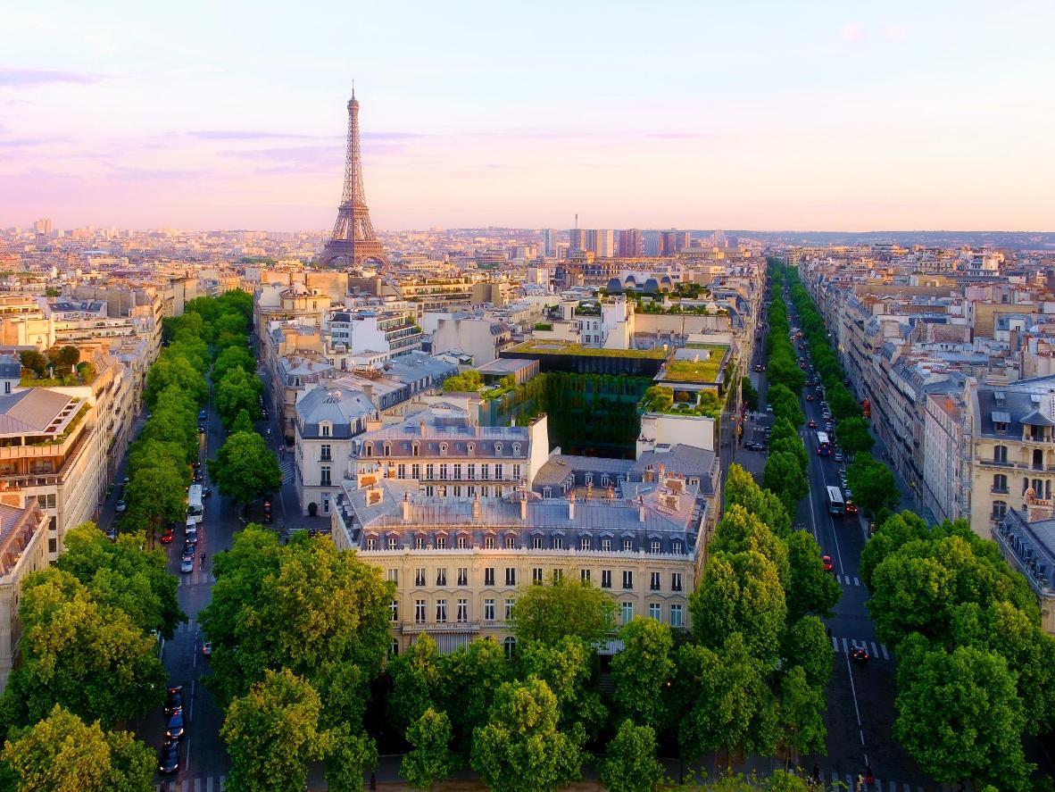 La ciudad de París cobra vida en la brumosa luz de la primavera.