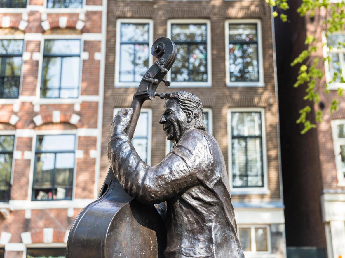 A statue of Dutch musician Manke Niels sits by Elandsgracht