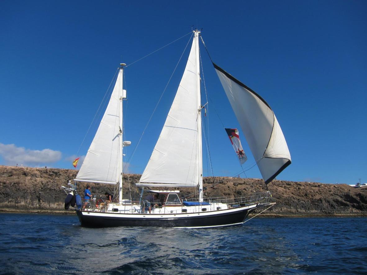 La isla de Lanzarote es conocida por sus costas volcánicas.