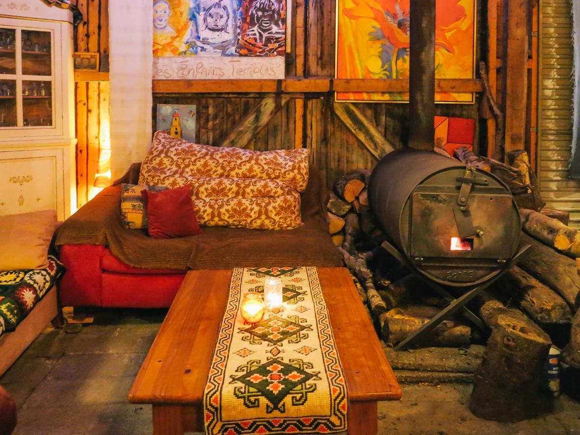 The communal wooden cabin at Herberg De Helleborus