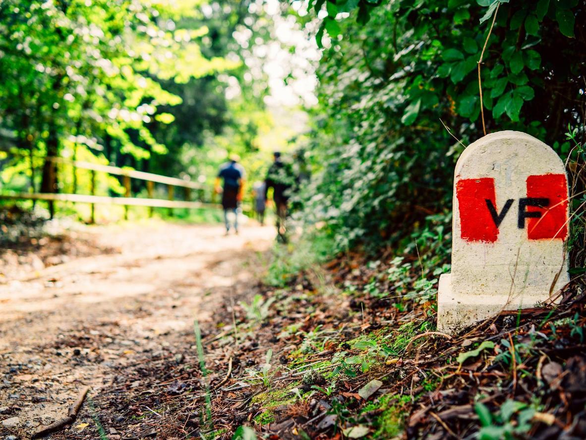 Un marcador a lo largo de la carretera Via Francigena