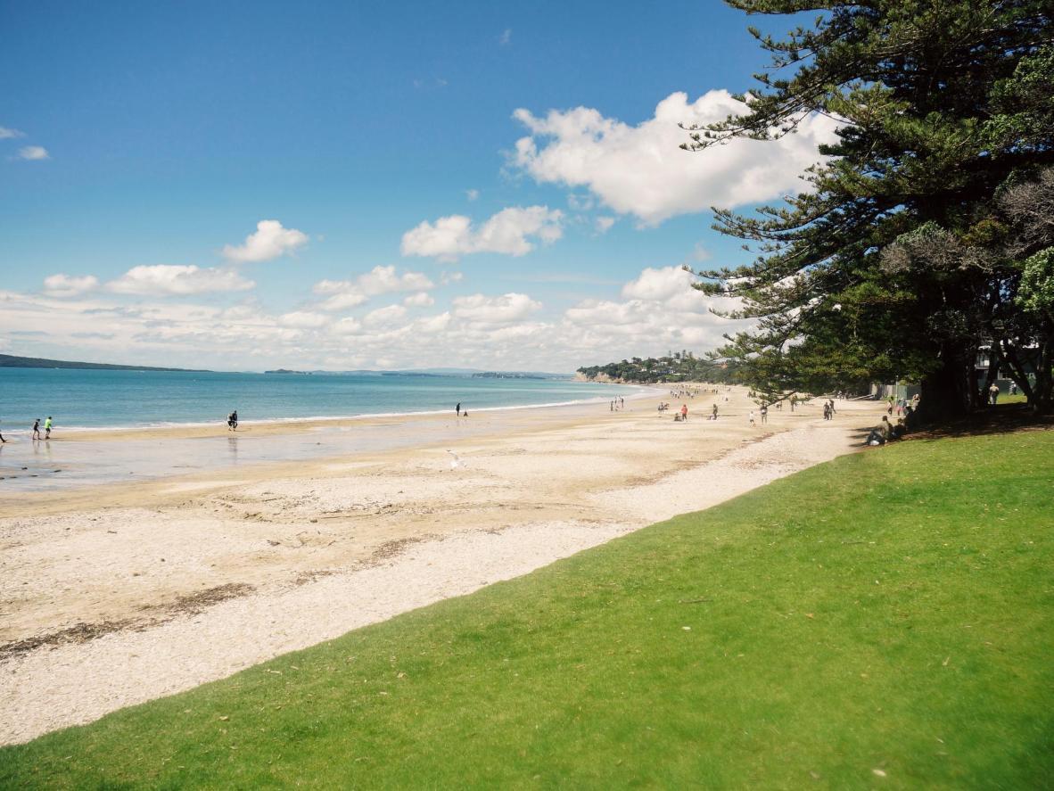 Takapuna Beach se adentra en una península a través de la bahía de Auckland