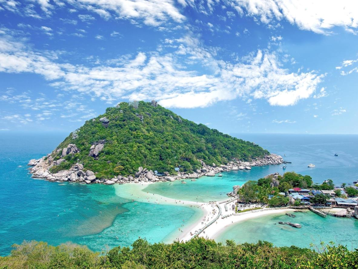 At low tide the islands look like an extension of Koh Tao