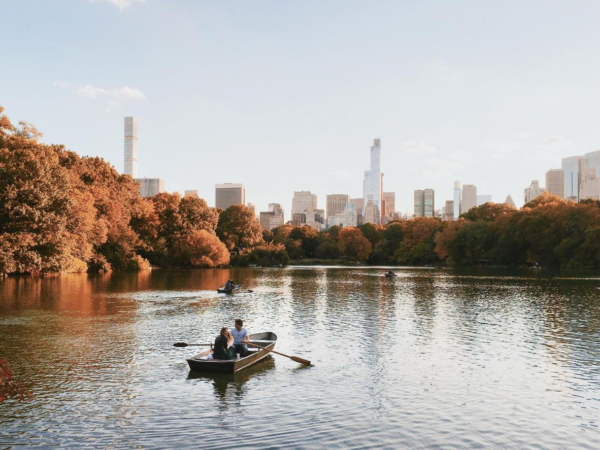 Hire a rowing boat from Central Park for a quiet and romantic proposal