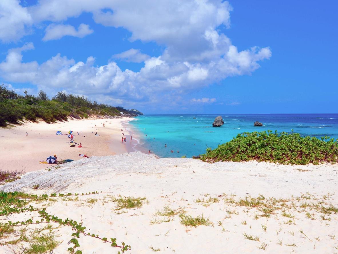 Sonnen Sie sich im Frühling am champagnerfarbenen Strand von Bermuda