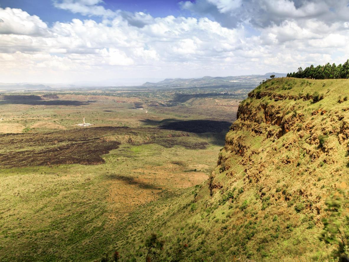 El perfil escarpado del cráter de Menengai en el Gran Valle del Rift, Kenia