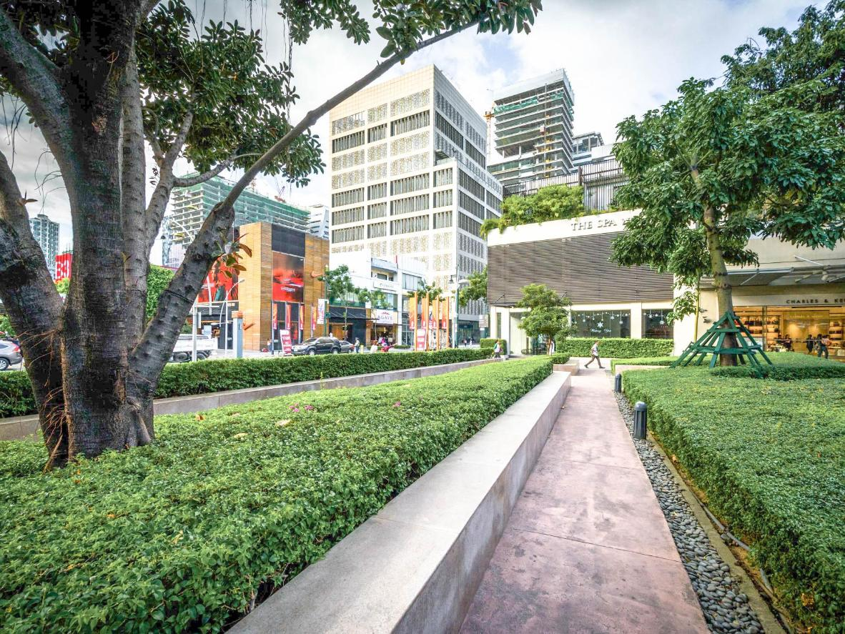 The walkways at Bonifacio Global City