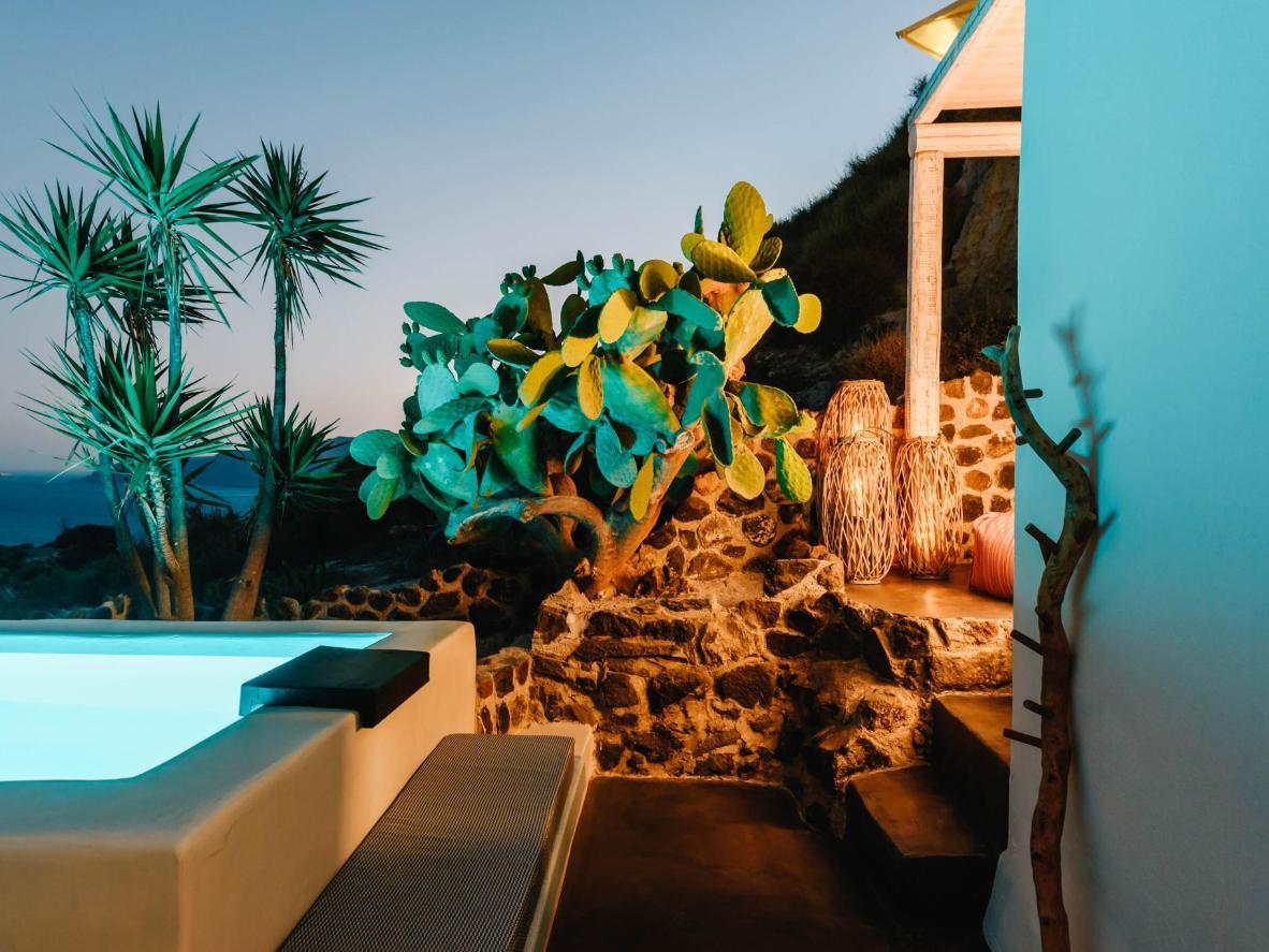 La piscina en la azotea de Solstice Luxury Suites es el lugar ideal para disfrutar de una bebida al anochecer