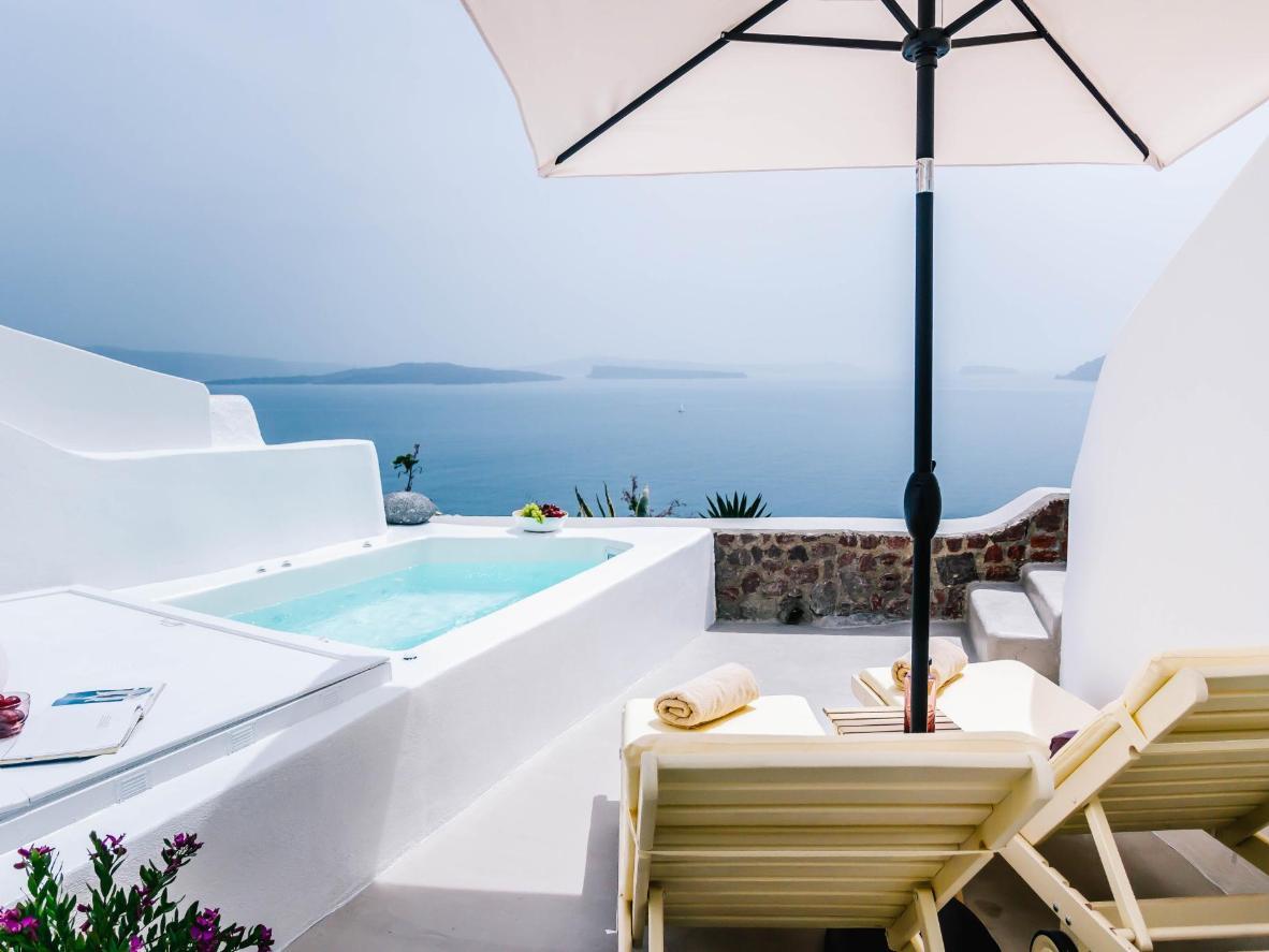 Cleo's Dream Villa está situada justo encima de las tres famosas cúpulas azules de Santorini