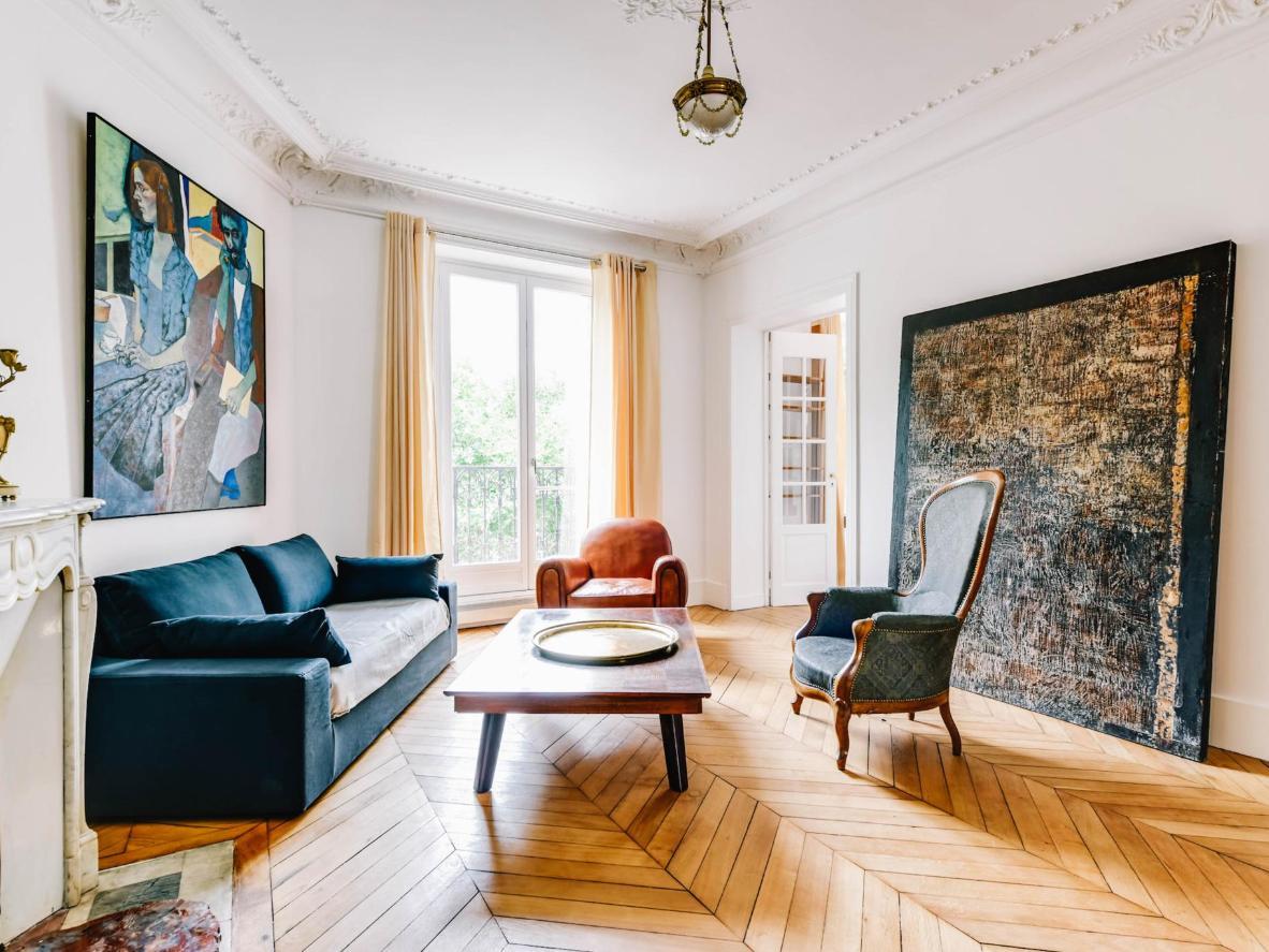Muebles eclécticos y obras de arte elegantes le dan a este apartamento un toque elegante.
