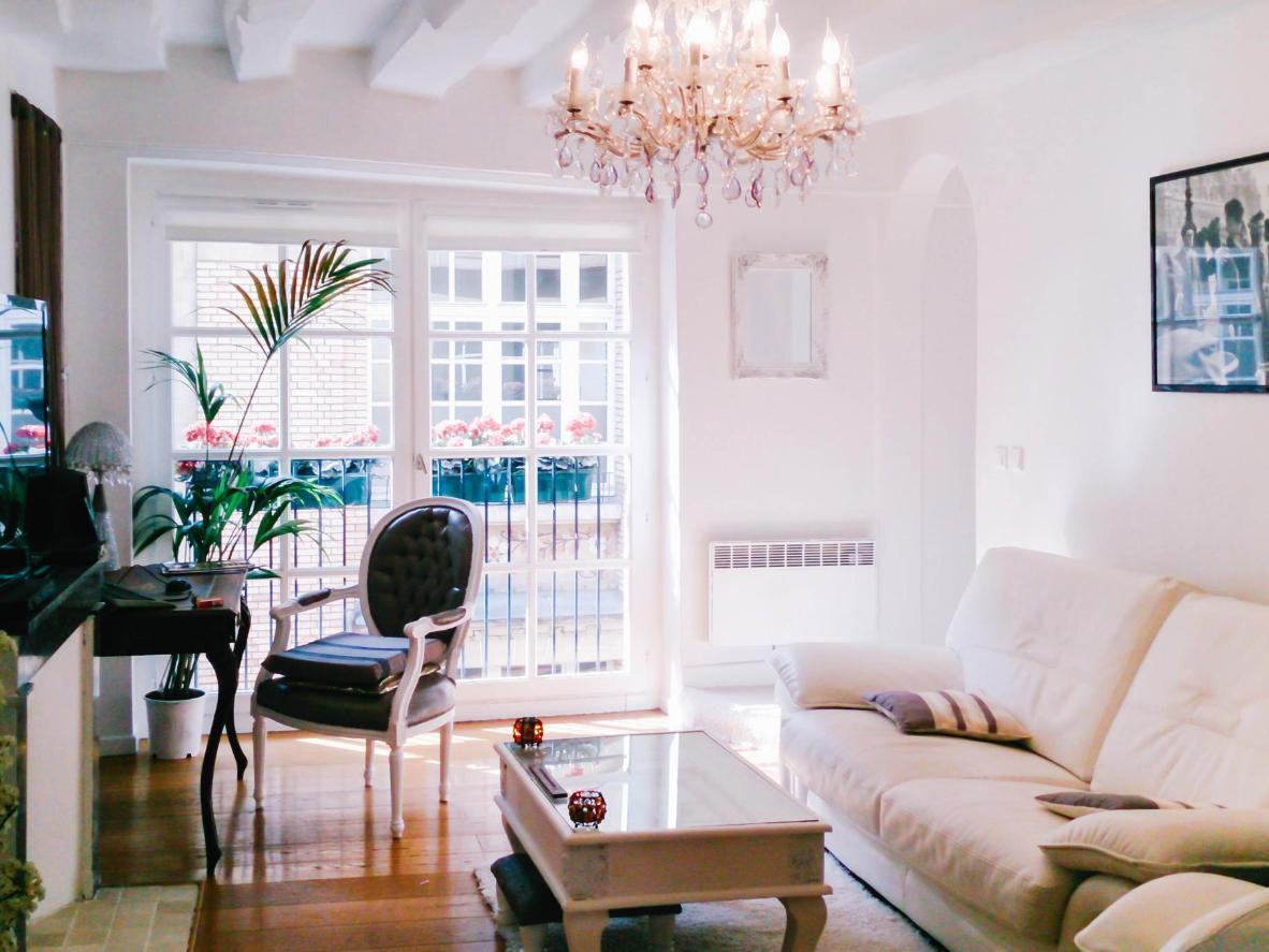 Una planta de araña y palmeras decoran este lujoso apartamento.