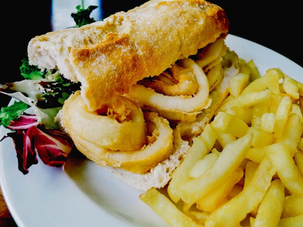 Un favorito local en Madrid, bocadillo de calamares (sandwich de calamares)