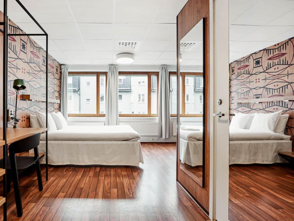 Suelos de madera pulida y lino blanco nítido en Generator Stockholm