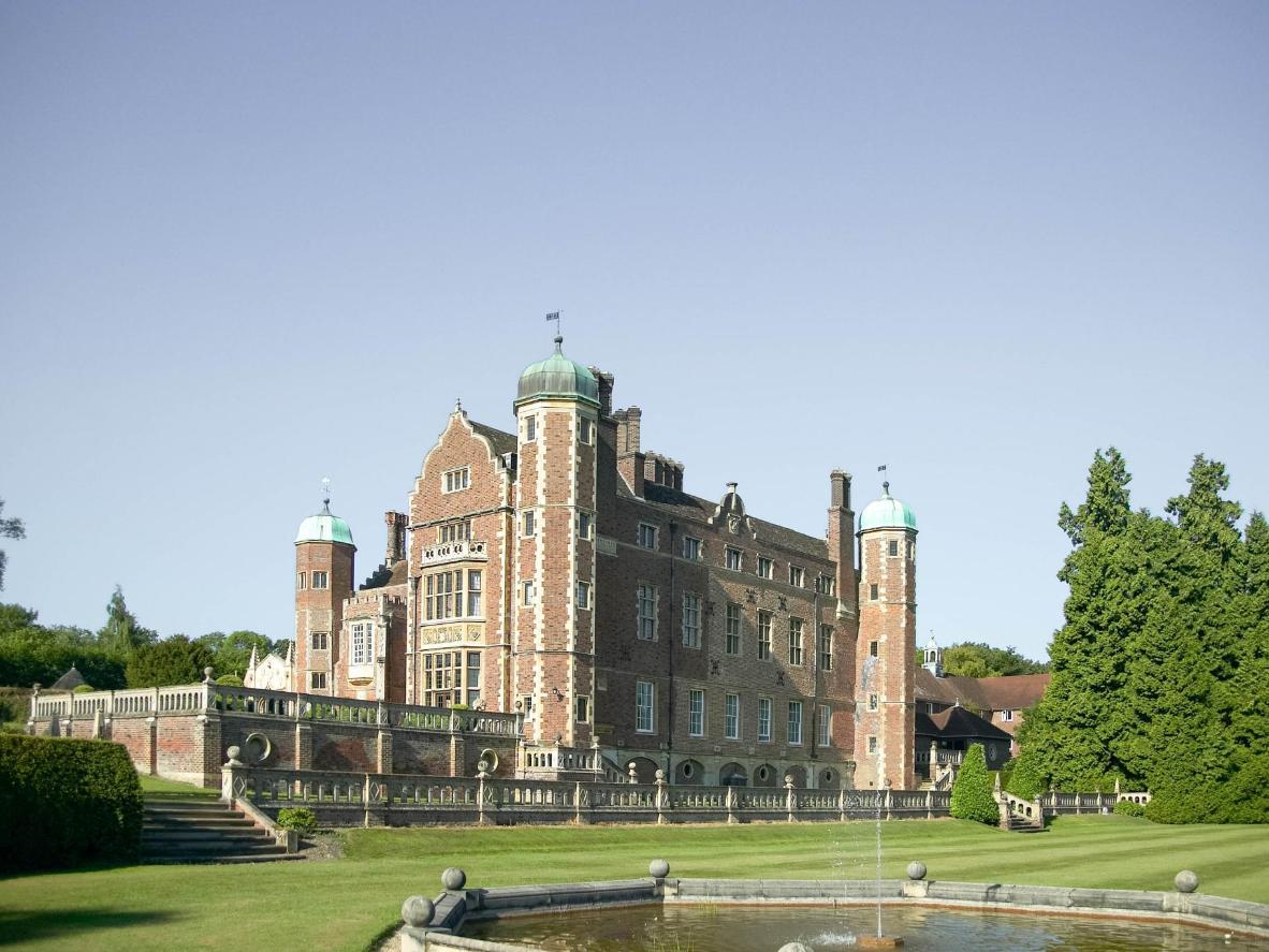 Madingley Hall ofrece alojamiento en un albergue en una finca del siglo XVI con jardines bien cuidados