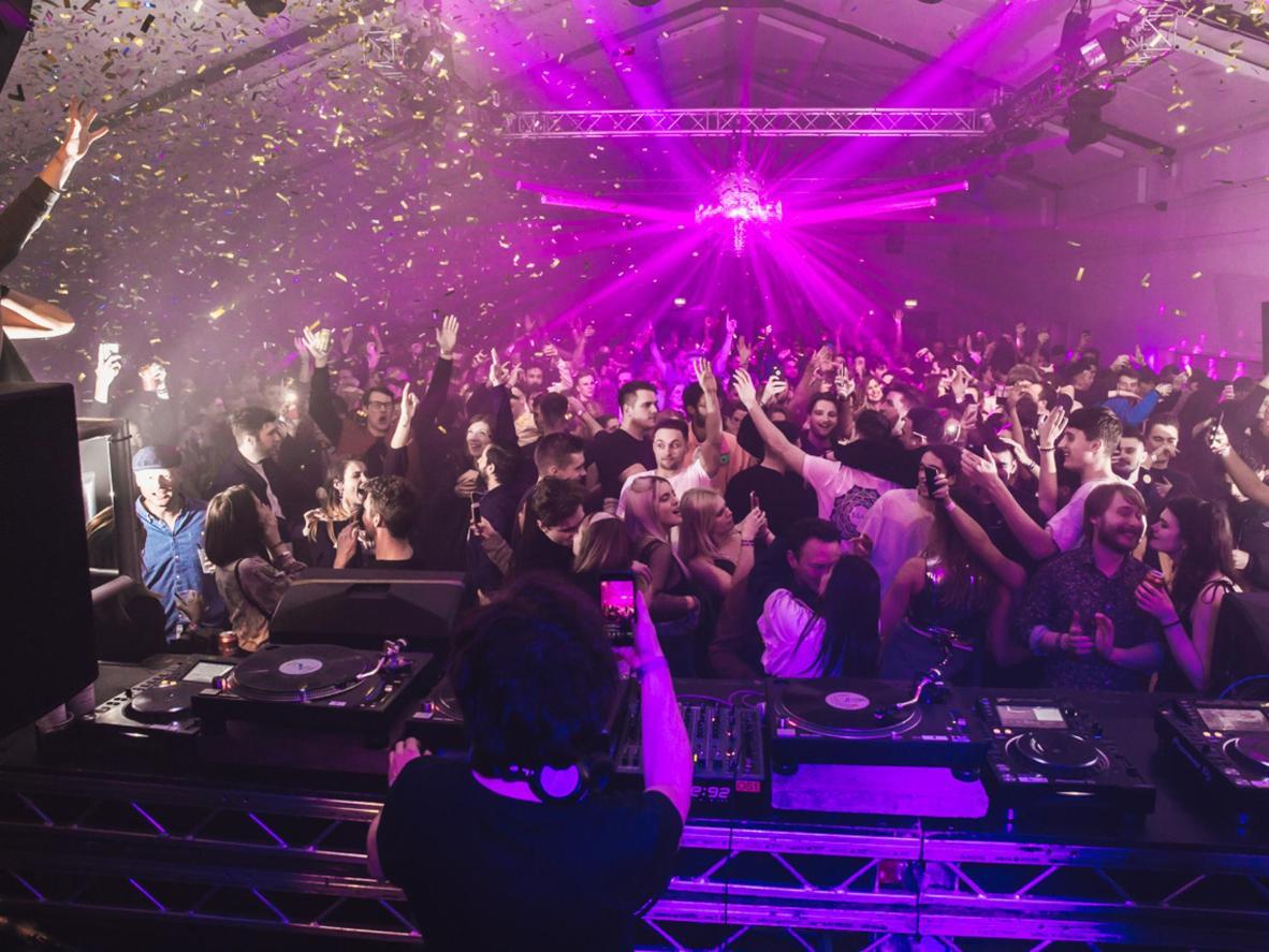 Dirígete al Espacio Oval de Hackney para una noche de club estelar. Crédito de la imagen: Sam Byran-Merrett para Here & Now / Oval Space