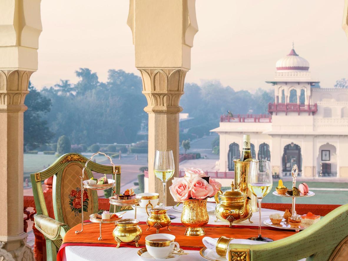 Tè e champagne sulla veranda immersa nel paesaggio del Rajasthan