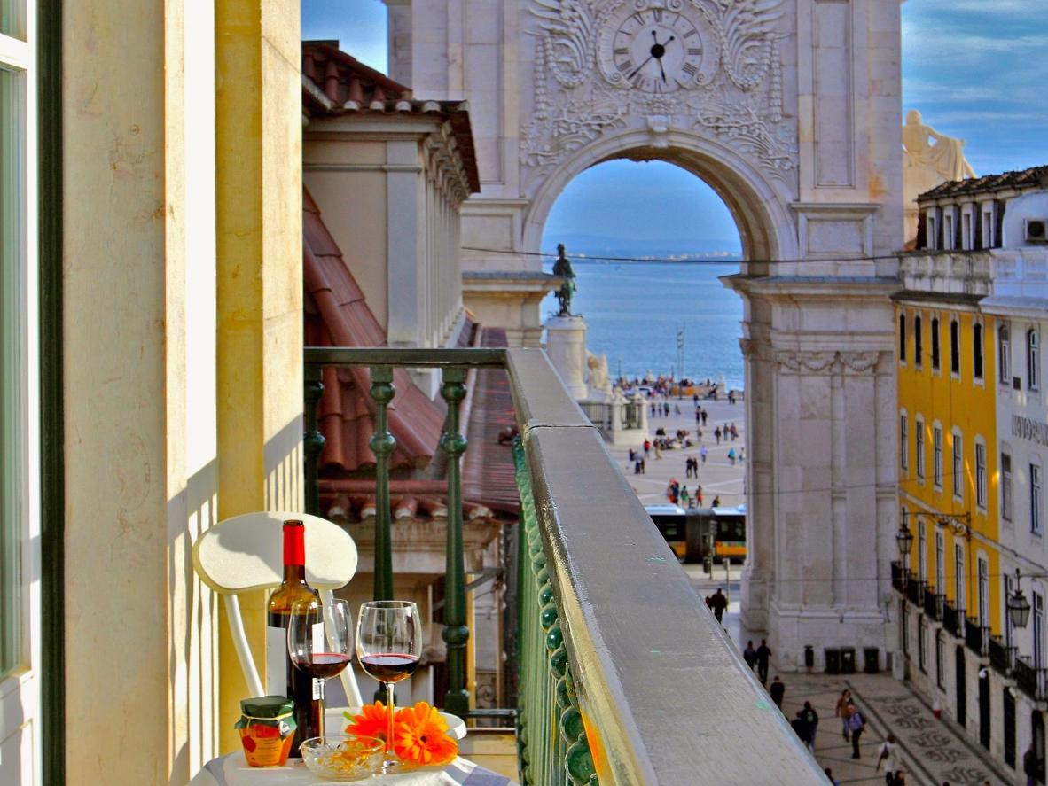 Breakfast with a view over Commerce Square and the River Tagus