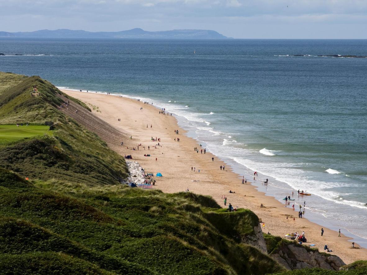 Découvrez les grottes et formations rocheuses de cette plage d'Irlande du Nord