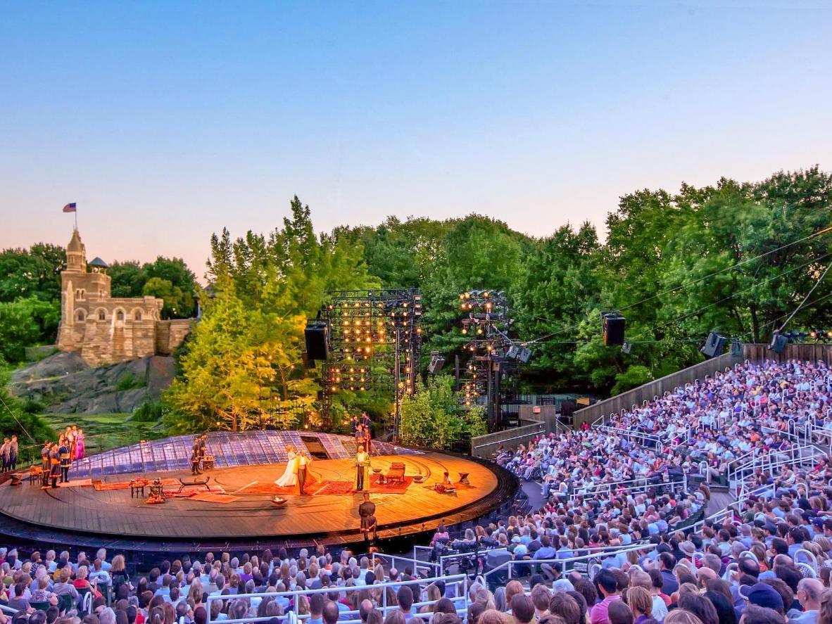 Vedi attori del calibro di Meryl Streep esibirsi su questo palco all'aperto al Central Park. Foto di Joseph Moran.