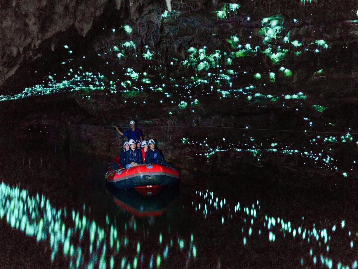 In den Höhlen von Te Anau, beleuchten Glühwürmchen die Wände blau