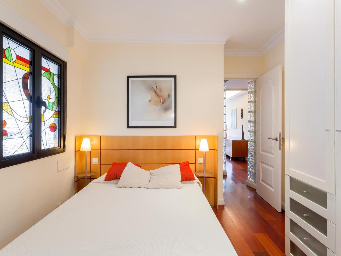 En las habitaciones, las vidrieras de estilo le dan un toque de color.