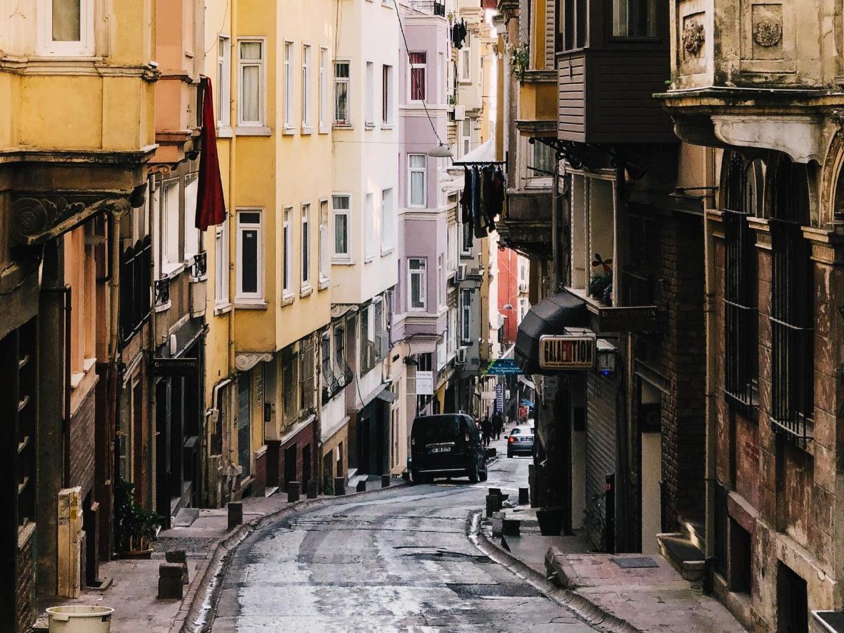 Los encantadores apartamentos antiguos de Beyoglu conducen por sus calles sinuosas