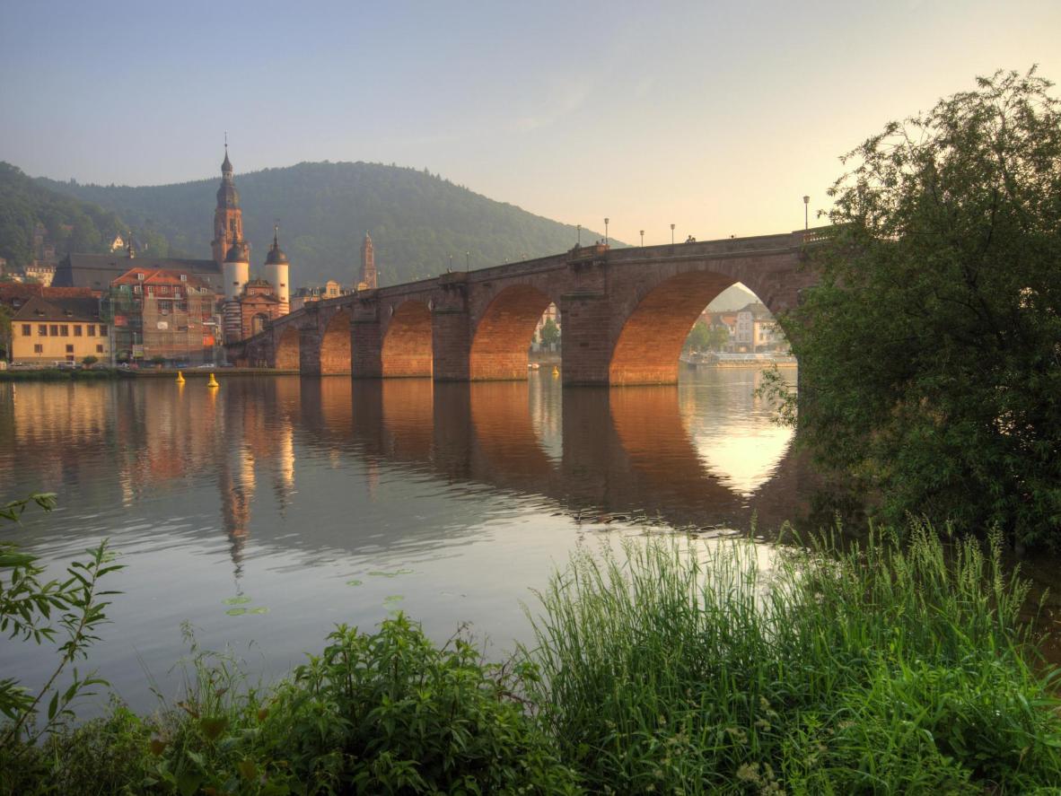 Spaziergang über die Brücke und zum Schloss bei Sonnenaufgang