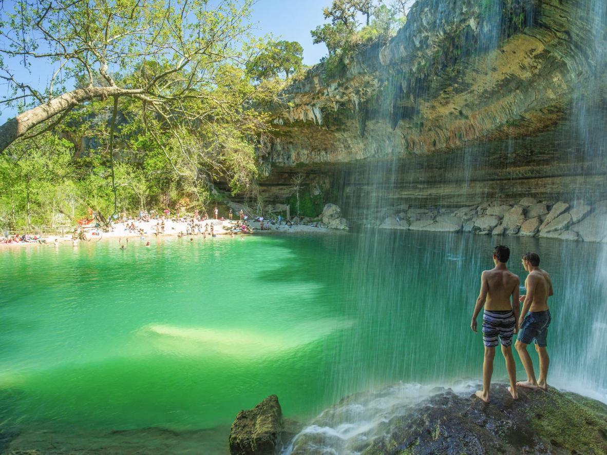 Le rideau de chutes d'eau d'Hamilton Pool au Texas