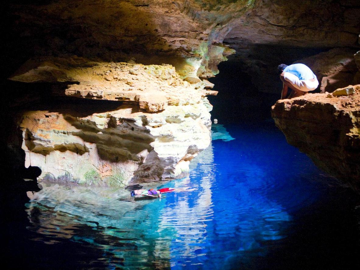 Flottez dans les eaux cristallines du Poço Azul à Bahia