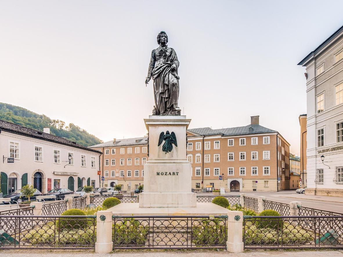 Rendez-vous sur la Mozartplatz pour y admirer la statue de Mozart