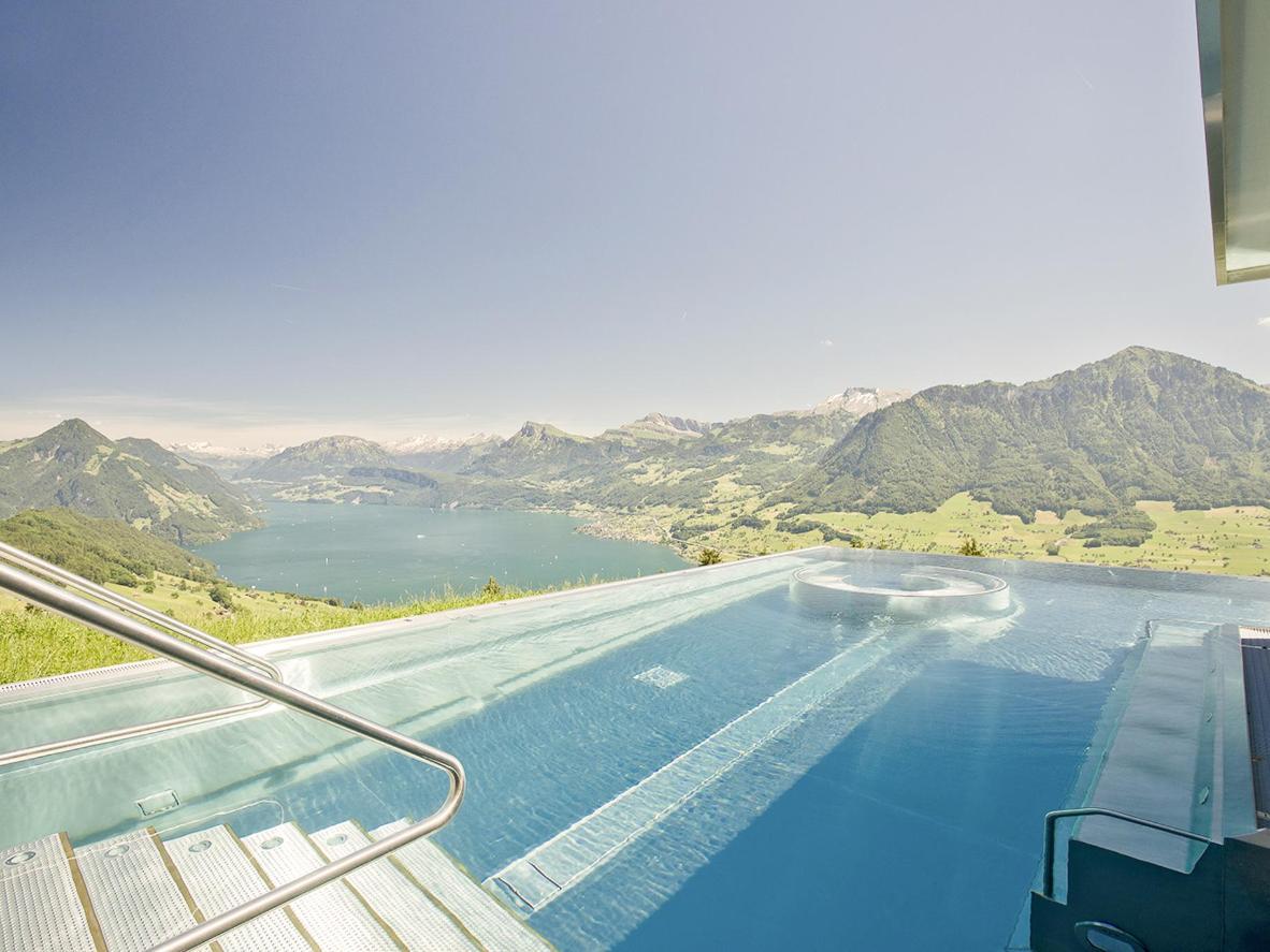 Im ruhigen Pool der Villa Honegg haben Sie die Alpen ganz für sich allein