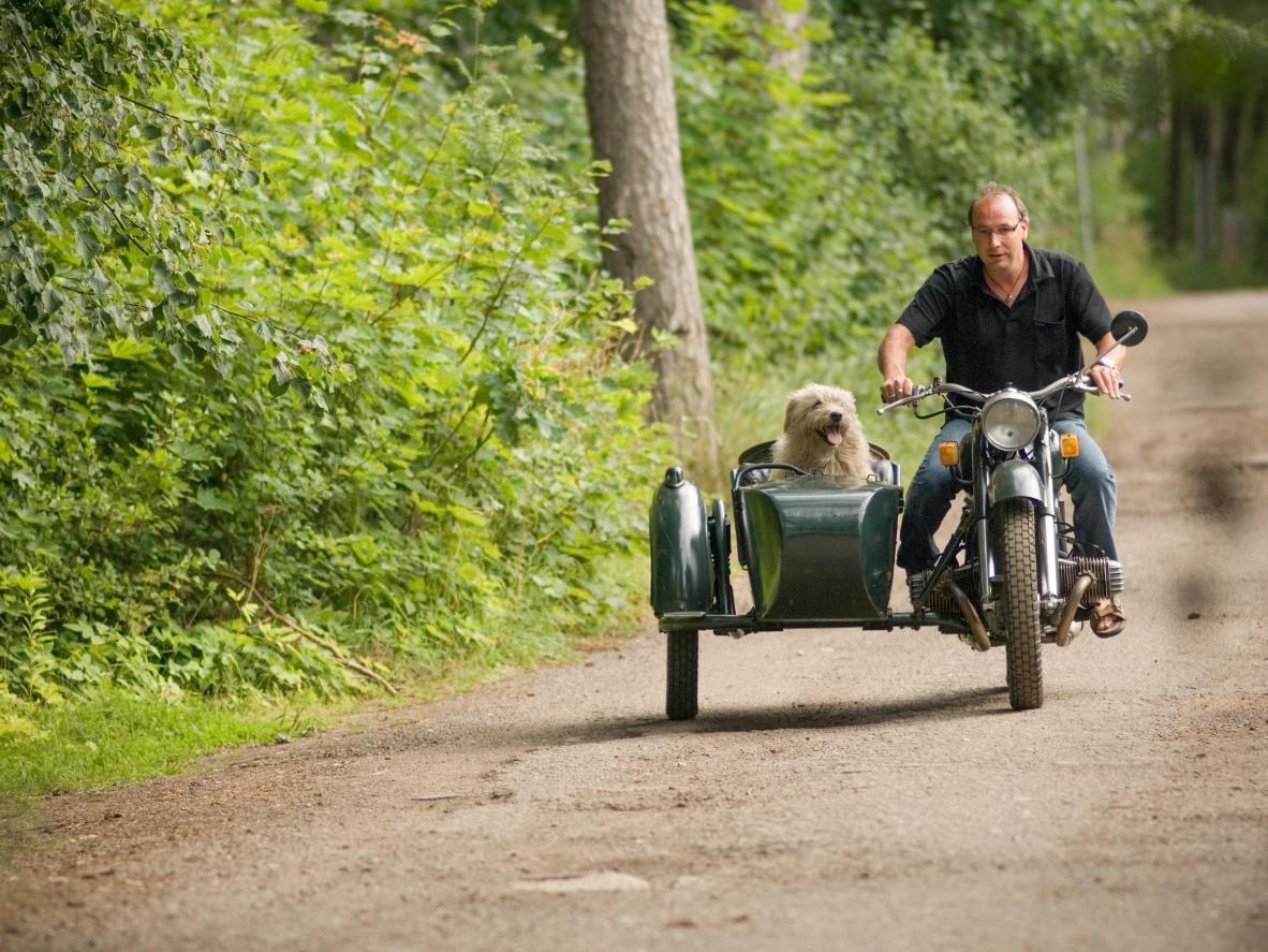 ビンテージのバイクや車で、スコットランドでのロードトリップへ