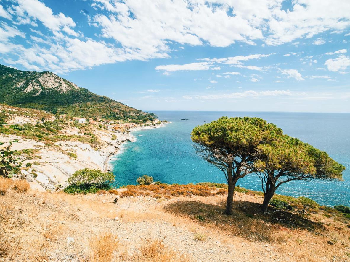 Strände mit feinem, weißen Sand und der wohlriechende Duft von Pinien auf Elba