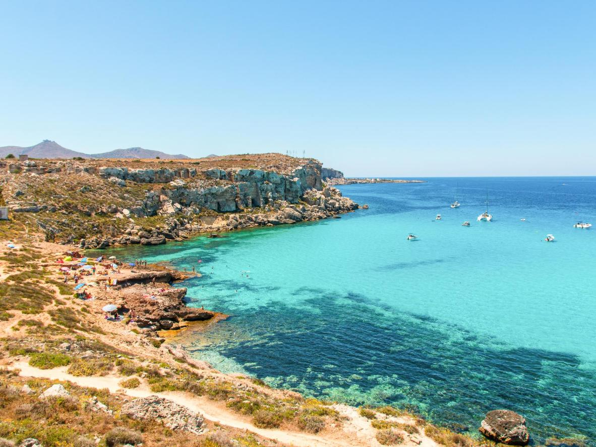 Die erodierte Kalksteinküste und das Korallenriff von Favignana