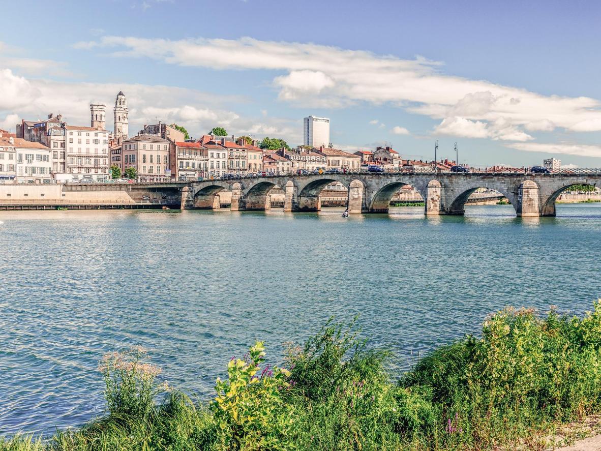 Le pont Saint-Laurent s'impose dans le paysage mâconnais