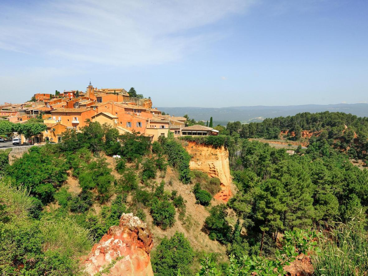 La ciudad de color melocotón de Roussillon se encuentra dentro del glorioso Parque Nacional Regional de Luberon