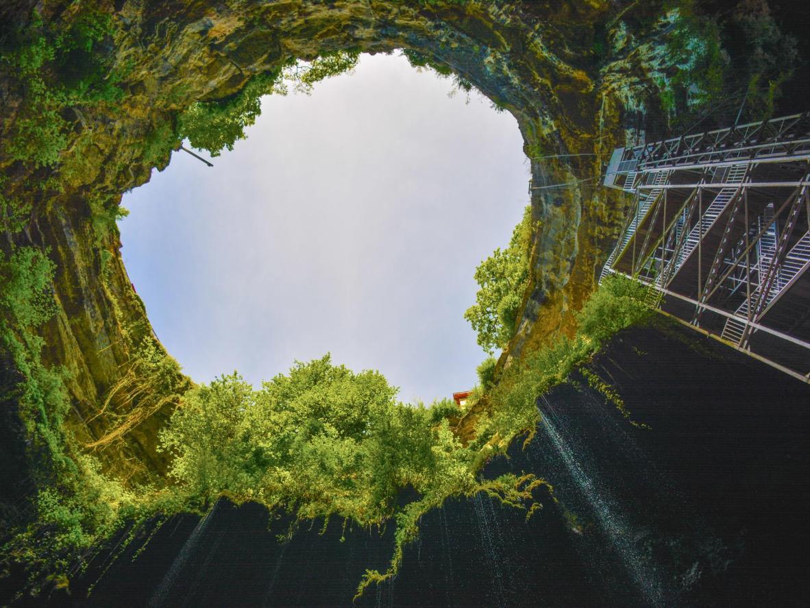 El abismo de 103 metros de profundidad de Gouffre de Padirac, no muy lejos del Tour-de-Faure