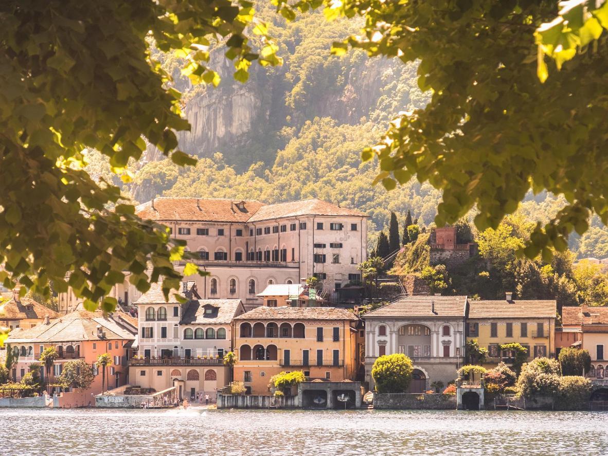 Ammira Orta San Giulio dall'isolotto al centro del lago