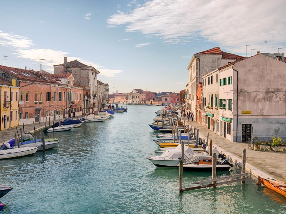 Tra i canali proprio come a Venezia, ma con meno turisti