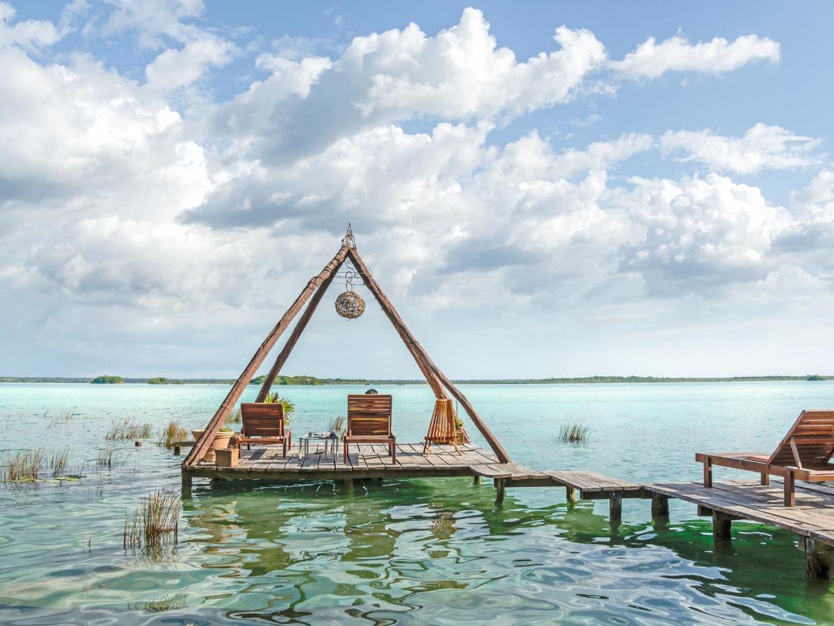 Bacalar es famoso por su 'Lago de los Siete Colores', rodeado de manglares y casas de pescadores.