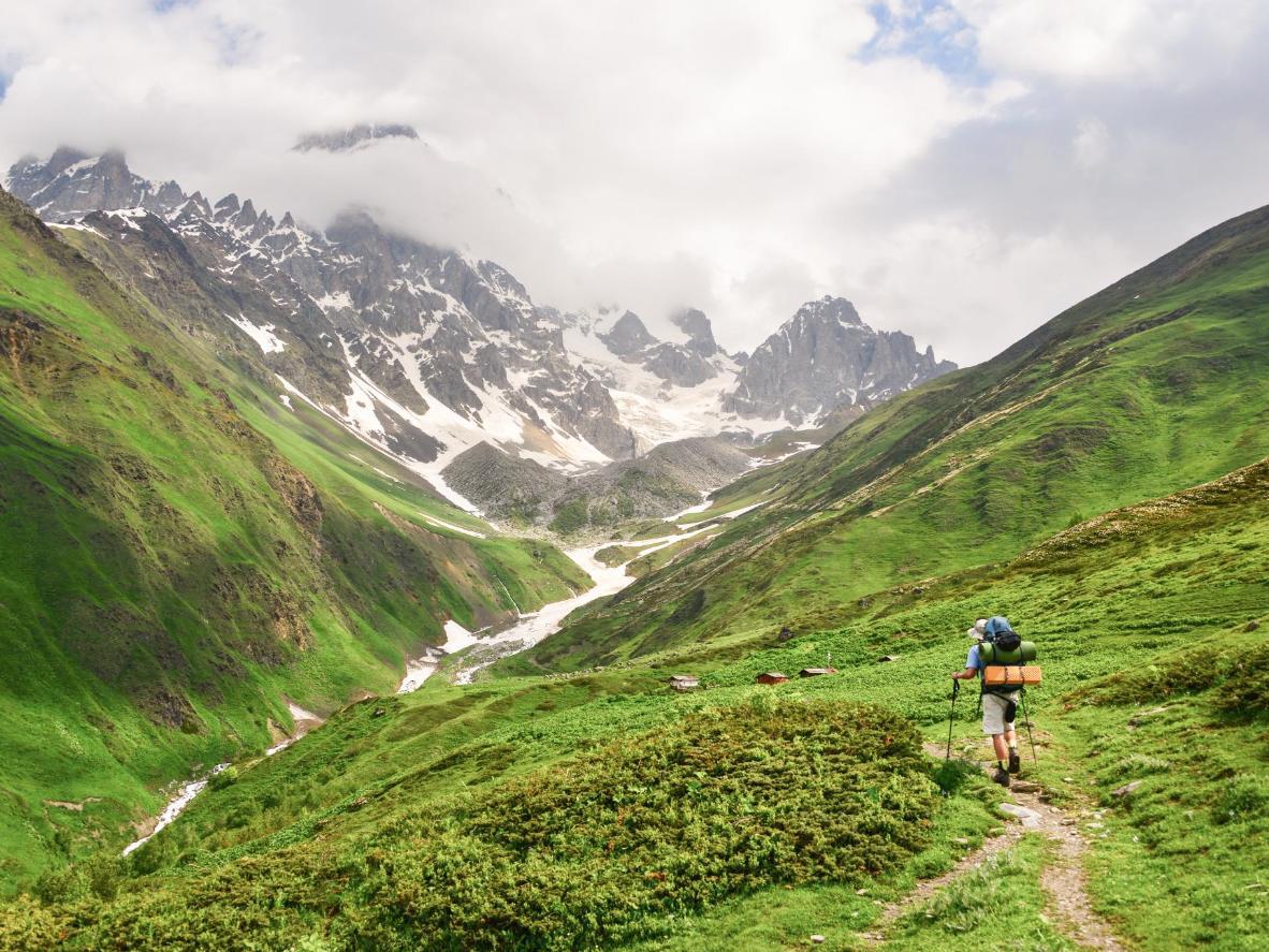 Dirígete a Mestia para caminar por las montañas nevadas del Cáucaso y saborear su paisaje hipnótico