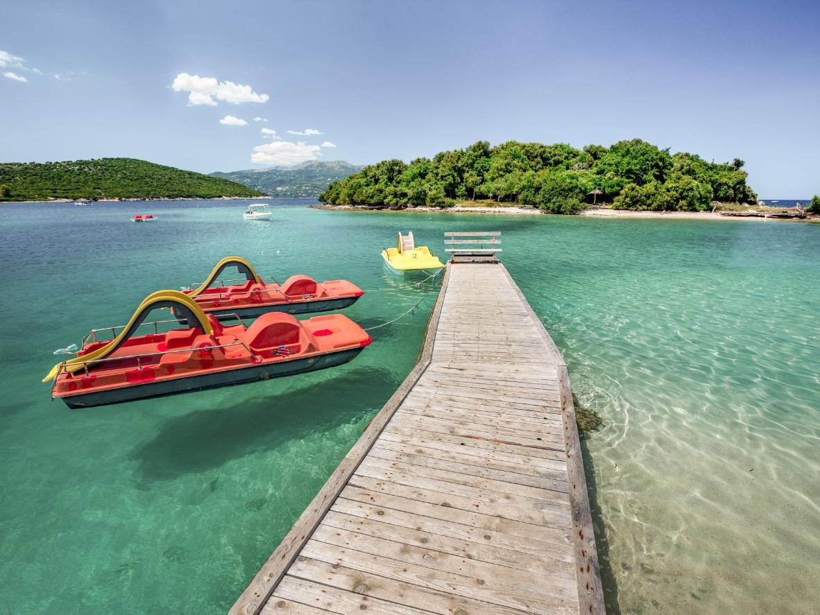 Aguas cristalinas, mediterráneas y playas de arena blanca relativamente vacías en Albania