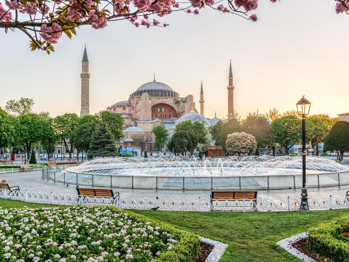 I giardini in fiore del Parco di Sultanahmet, ad aprile