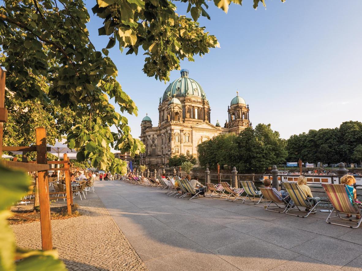 Sedie a sdraio sulla sponda del fiume, in una giornata d'estate a Berlino