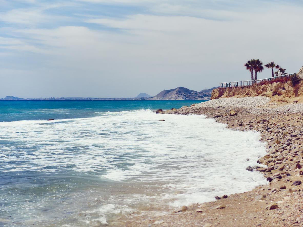 En esta playa de guijarros han creado piscinas con rocas en la orilla, un sitio perfecto para que tu perro juegue